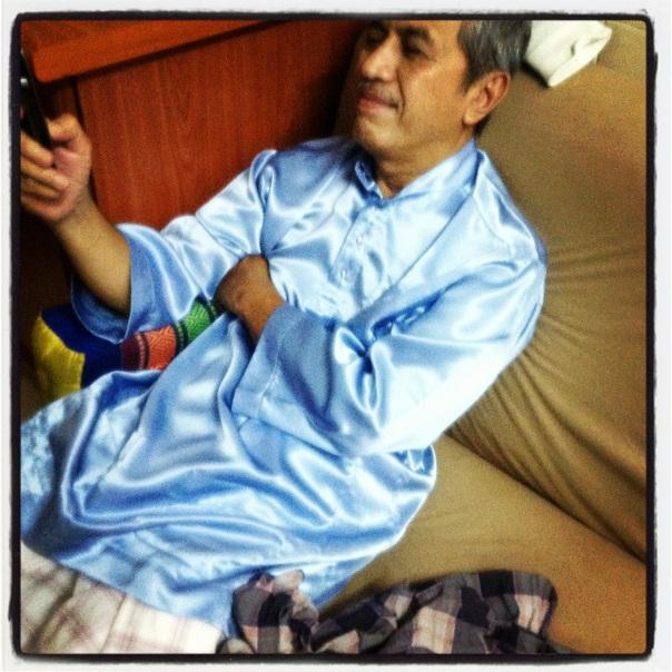 Duduk di sofa ruang tengah rumah, selepas balik dari masjid selepas isyak